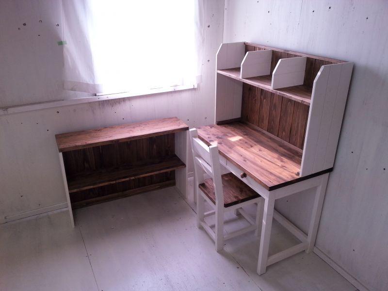 画像1: 無垢材で造る 学習机、椅子、カップボードのお得な4点セット PCデスク 作業デスク 【オスモウォルナット×ミルキーホワイト】 セミオーダー品 (1)
